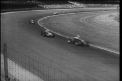 El coche de carreras limpia hacia fuera durante Indy 500, Indianapolis Motor Speedway almacen de video