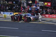 El coche de carreras y el equipo en boxes de Jeff Gordon Fotos de archivo