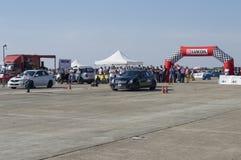 El coche de competición comienza en un arco en fricciones del ` s de Resinge Foto de archivo libre de regalías