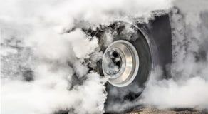 El coche de competición de fricción quema los neumáticos para la raza foto de archivo
