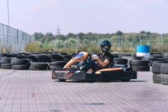 El coche de competición en la pista en la acción, campeonato, deportes activos, diversión extrema, el conductor guarda sus manos  imagenes de archivo