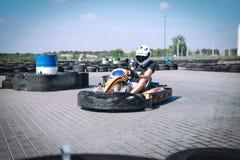 El coche de competición en la pista en la acción, campeonato, deportes activos, diversión extrema, el conductor guarda sus manos  imagen de archivo libre de regalías