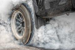 El coche de competición de fricción quema el neumático para la raza fotografía de archivo