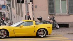 El coche de deportes amarillo almacen de metraje de vídeo