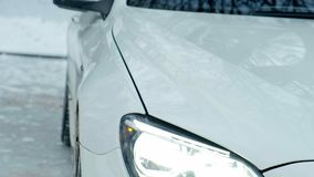 El coche de deportes blanco va a derivar en el hielo almacen de video