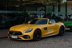 El coche de deportes Mercedes-AMG GT en amarillo fotos de archivo libres de regalías