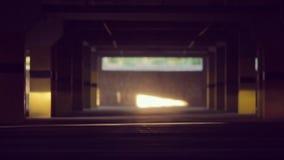 El coche de deportes monta en el estacionamiento y el brillo