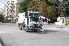 El coche de la basura-disposición va en el camino Fotos de archivo