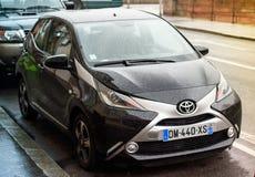 El coche de la puerta de Toyota Aygo dos parqueó en el ambiente urbano Fotos de archivo libres de regalías