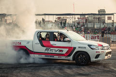El coche de la recogida realiza el neumático de la quemadura en la pista Fotografía de archivo