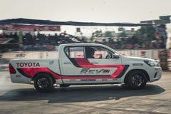 El coche de la recogida realiza la deriva en la pista con la falta de definición de movimiento Foto de archivo libre de regalías