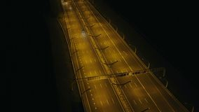 El coche de la visión aérea que mueve encendido pasado de la carretera de la noche envía la situación en puerto en ciudad metrajes