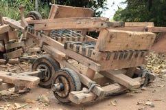 El coche de madera propulsa por la gravitación imagen de archivo