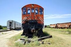 El coche de tren rojo se sienta en el extremo de las vías Foto de archivo