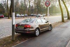 El coche de Volkswagen Jetta con números de placa diplomáticos parqueó en favorable Imágenes de archivo libres de regalías
