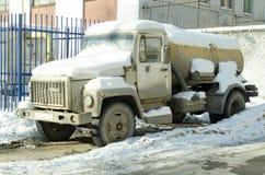 El coche debajo de la nieve Foto de archivo libre de regalías
