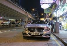 El coche del Benz parqueó en el borde de la carretera en la noche Foto de archivo libre de regalías