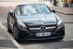 El coche del Benz SLC 220 de Mercedes del cupé parqueó en la calle Imagen de archivo