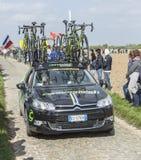 El coche del equipo de Cannondale en los caminos del ciclo de París Roubaix Imagenes de archivo