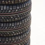 El coche del invierno tachonó los neumáticos Sistema de cuatro pedazos foto de archivo