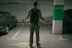 El coche del ` s del hombre fue robado, puede coche del hallazgo del ` t en el estacionamiento subterráneo imagen de archivo libre de regalías