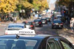 El coche del taxi en la calle Fotos de archivo libres de regalías
