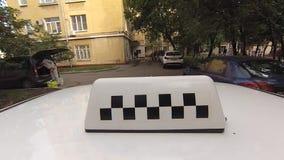 El coche del taxi está en la calle de Moscú metrajes