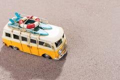 El coche del vintage con las tablas hawaianas y el rescate suenan en la playa Foto de archivo