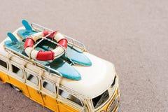 El coche del vintage con las tablas hawaianas y el rescate suenan en la playa Imágenes de archivo libres de regalías