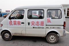 El coche del voluntario del alivio de terremoto Fotos de archivo libres de regalías