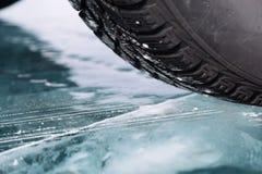 El coche en el hielo Imagenes de archivo