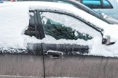 El coche en la nieve, cubierta con una nieve acumulada por la ventisca blanca Fotos de archivo libres de regalías