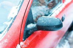 El coche en la nieve, cubierta con una nieve acumulada por la ventisca blanca Imagenes de archivo