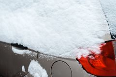 El coche en la nieve, cubierta con una nieve acumulada por la ventisca blanca Imagen de archivo libre de regalías