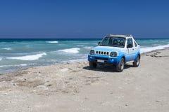 El coche en la playa rhodes Grecia Fotografía de archivo