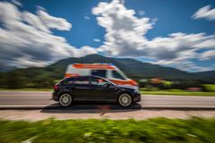 El coche en la velocidad lleva al camino de la ambulancia Imagen de archivo