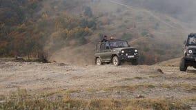 El coche en las montañas almacen de metraje de vídeo