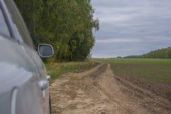El coche en un camino de tierra Fotos de archivo