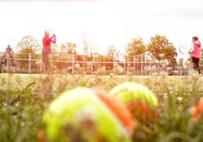 El coche enseña a la niña a jugar al tenis, equipo de deportes para jugar al tenis, espacio de la copia, al aire libre imagenes de archivo