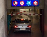 El coche entra en el aparcamiento de subterráneo Fotografía de archivo