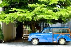 El coche es azul Foto de archivo libre de regalías