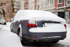 El coche es carámbanos, nieve e hielo cubiertos Limpieza de la nieve acumulada por la ventisca Tenga acceso a los problemas Fotos de archivo