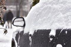 El coche es carámbanos, nieve e hielo cubiertos Limpieza de la nieve acumulada por la ventisca Tenga acceso a los problemas Imágenes de archivo libres de regalías