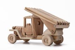 El coche es un coche militar del juguete hecho de la madera Foto de archivo libre de regalías