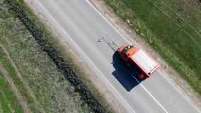 El coche especial conduce en un camino, pintando líneas divisorias almacen de metraje de vídeo