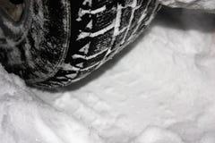 El coche está en un camino nevado del invierno El ¡de Ð pierde para arriba de los neumáticos del invierno imagen de archivo