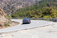 El coche está moviendo encendido el camino de la montaña Imagen de archivo