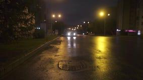El coche está parqueando cerca de encintado en el fondo de las luces de la ciudad en noche Camino de la noche metrajes