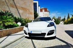 El coche estacionado cerca de hotel de lujo moderno Imagenes de archivo