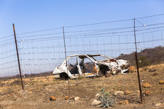 El coche estrelló la ruina Imagenes de archivo